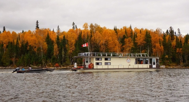 Taking a fall houseboat trip really allows you to see the fall colours
