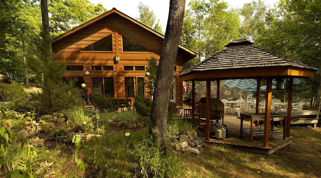 Well kept lodge and cabana nestled in forest.